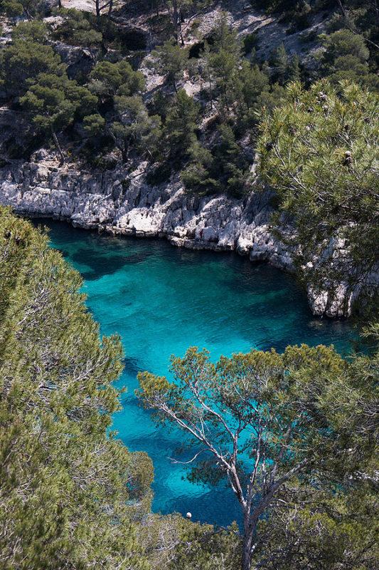 Photo de la calanque de Sormiou, avec une mer bleue turquoise et une végétation méditerranéenne.