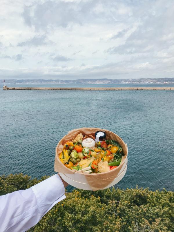 Boîte Flore Atelier Woodie au-dessus de la mer avec vu sur l'horizon.