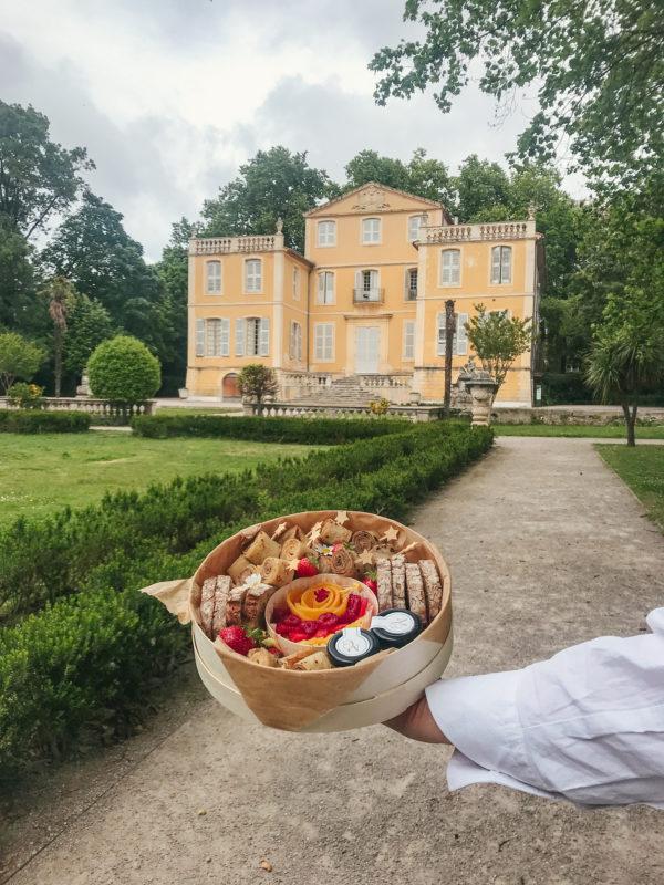 Boîte Brunch Atelier Woodie devant la villa du Jardin de la Magalone.