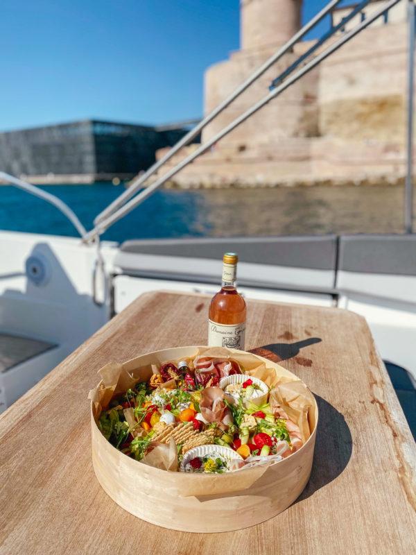Boîte apéritive Atelier Woodie à déguster sur un bateau.